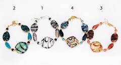 2012-69/maz Браслет 4 цвета с центральной бусиной-ромбом муранское стекло