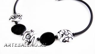 2012-12/maz Колье на каучуке черно-белое 5 бусин муранское стекло