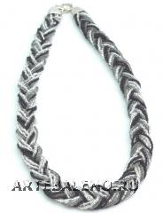 CN61 Бисерное колье 18 нитей, заплетенные косичкой, 40-45см. Цвет черно-серебристый